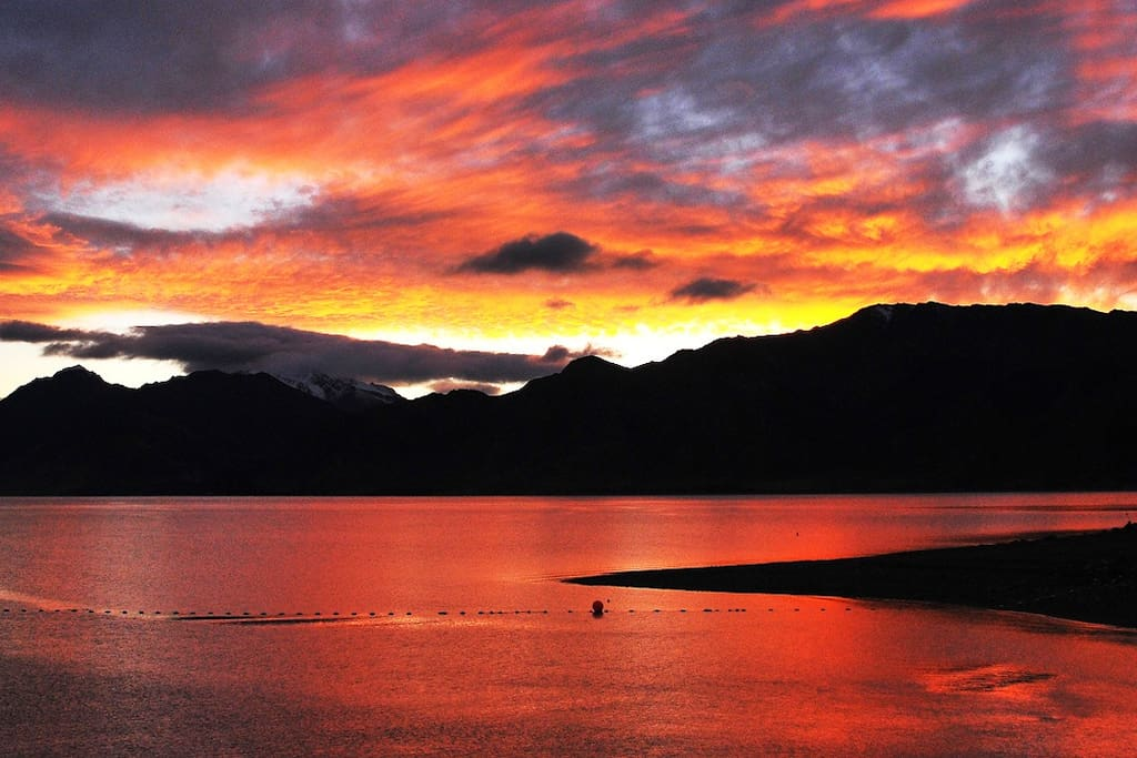 Sunset over Lake Hawea @ Fantail Cottage