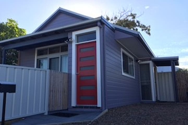 Gorgeous 1 bdrm cottage, walk to beach - Merewether - Bungalo