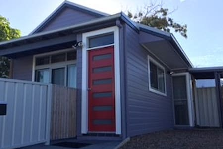 Gorgeous 1 bdrm cottage, walk to beach - Merewether - บังกะโล