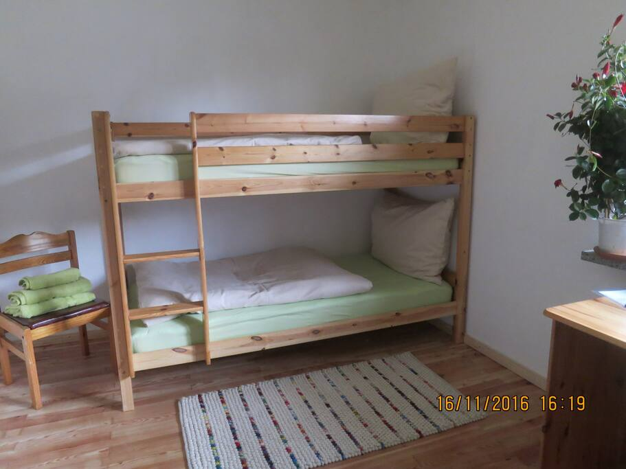 1.Schlafzimmer mit 2 gemütlichen Etagenbetten