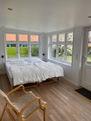 Soveværelse med dobbeltseng og en 90x190 cm seng.  Bedroom with double bed and a 90x190 cm bed.