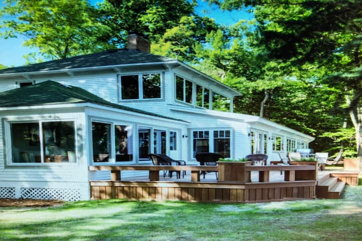 Beautiful 5 bedroom lake house w/stunning views!
