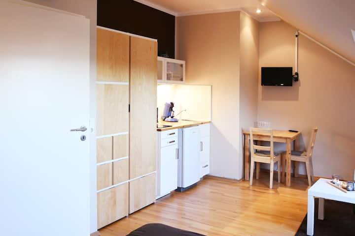 Modernes Dachgeschoss-Apartment mit Küche und Bad