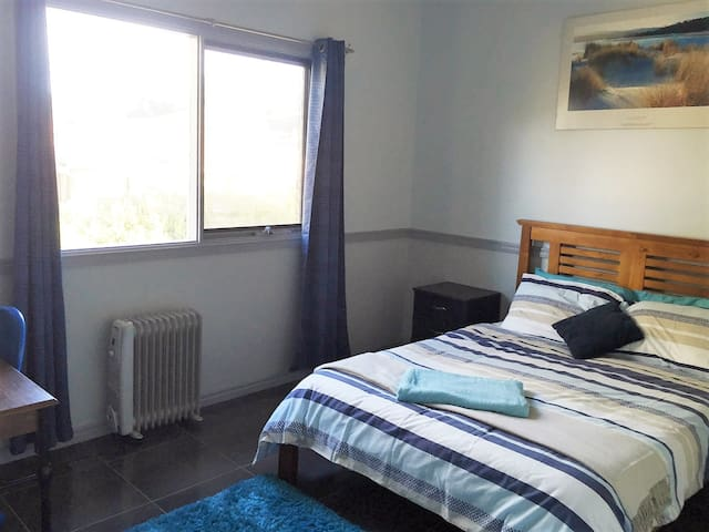 Comfy sunny room with desk - FEMALES only - Kambah