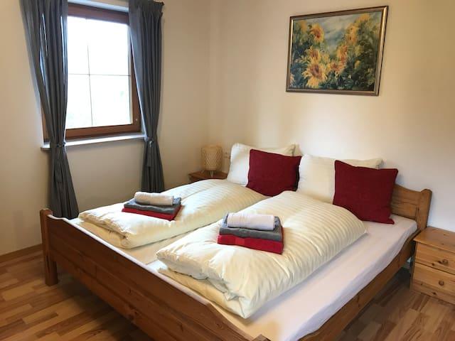 Slaapkamer 1 met 2 persoons bed en slaapbank
