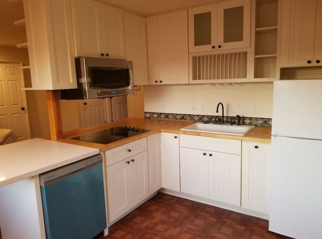 InLaw Studio, private entry & Patio & Full Kitchen