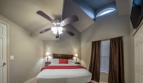 "Cute Condo w/Vaulted Ceilings; Near ""The Strip"""