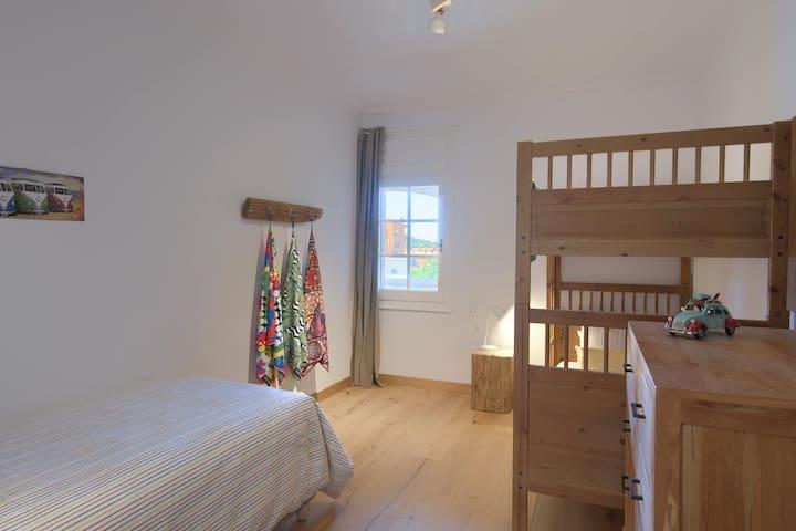 Upper bunk room x 3 single beds: Tamariu
