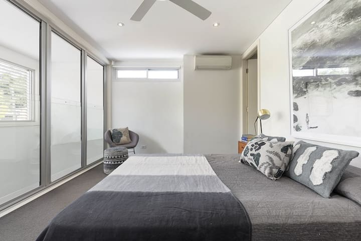 Modern Urban Oasis with Private Bathroom & WIR - Camperdown - Hus
