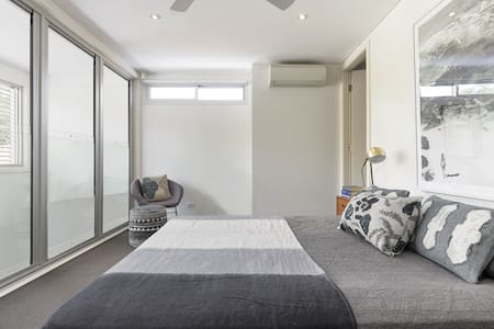 Modern Urban Oasis with Private Bathroom & WIR - Camperdown - 단독주택
