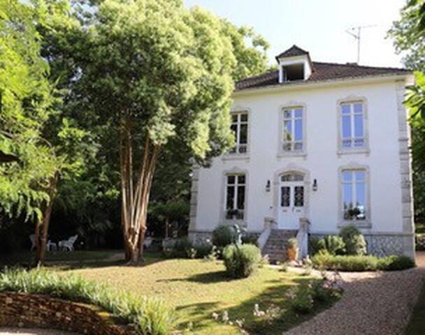 Maison Pavillion de Navarre.. Stunning Townhouse