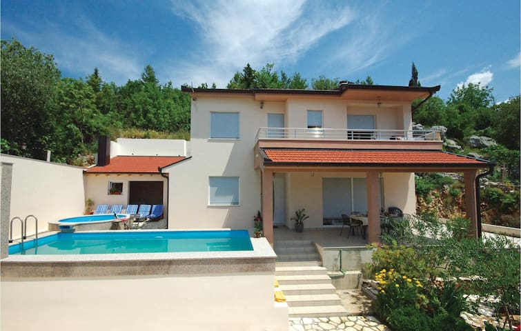 Holiday cottage with 4 bedrooms on 158m² in Dusina