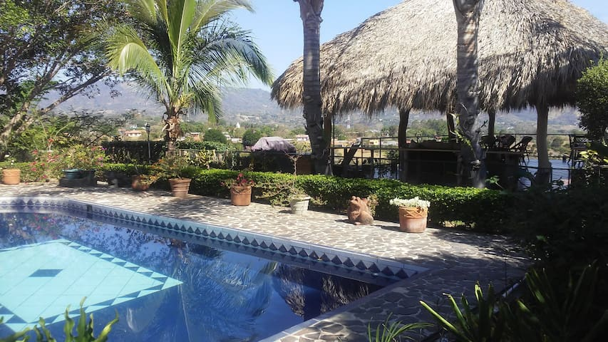 Brand New Retreat with Pool & Mountain View Deck - Ateny - Dom