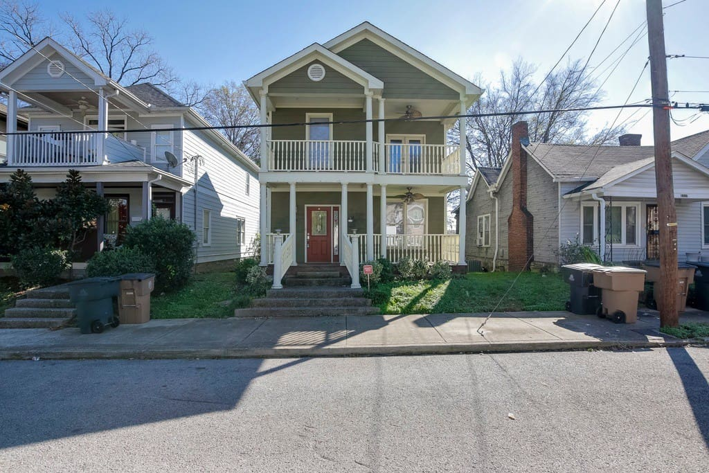 Cute Victorian home located a mile from downtown Broadway!