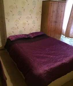 Large comfy double room 1r2 people Victorian house - Chester