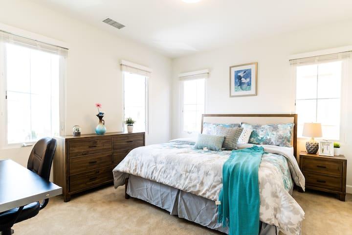 全新豪华别墅舒适阳光套房,位于尔湾核心区,社区配套齐全。游泳池,运动场,公园,购物中心步行可达