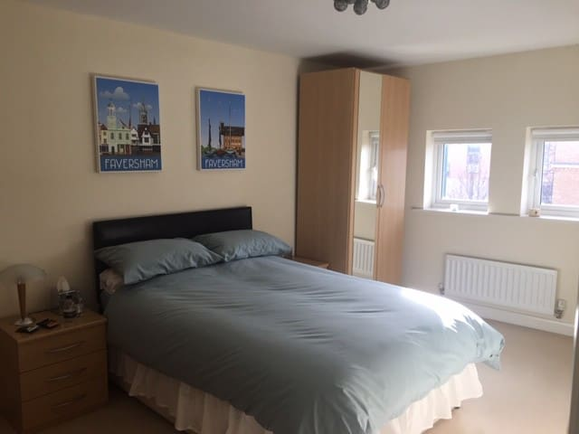 Large double bedroom with own bath/shower Hampton