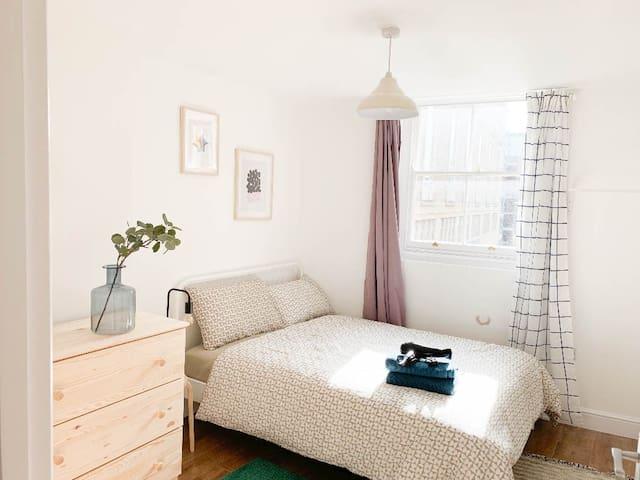 ENTIRE 2 BED FLAT ON GRANBY ST+PRKG+WIFI+MEMRYFOAM