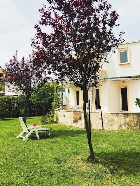 Lovely garden, luxury equipped apartment, parking