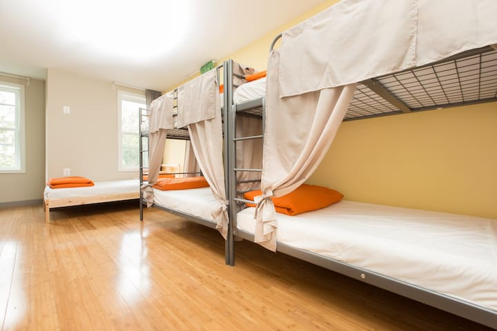 Newly renovated Capitol Hill Room (Groups)Bunks2-5
