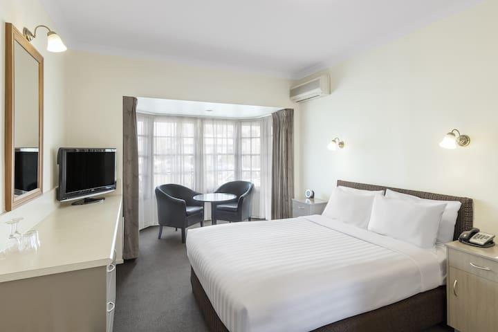 Premium Queen Room @ Olde Maritime