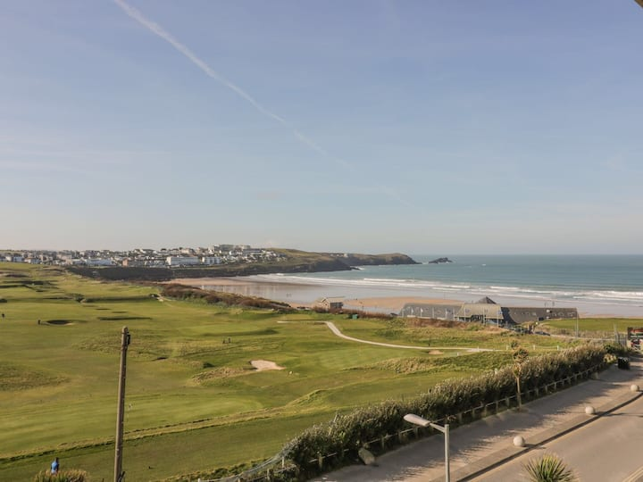 Modern 2 bed apartment, stunning views of beach
