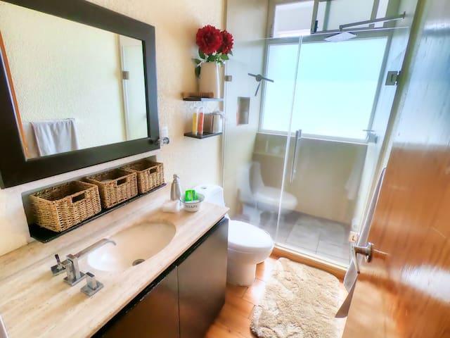 Éste es el baño que se comparte entre los dos cuartos. Bath shared by the two rooms. Shared bathroom with the other room.