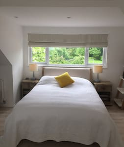 Private double room and bath in Cambridge village.