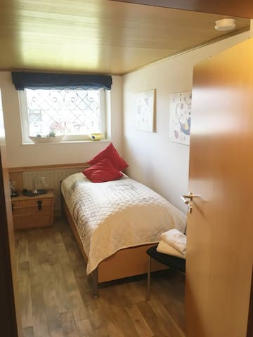 Nettes kleines, helles Zimmer im Einfamilienhaus