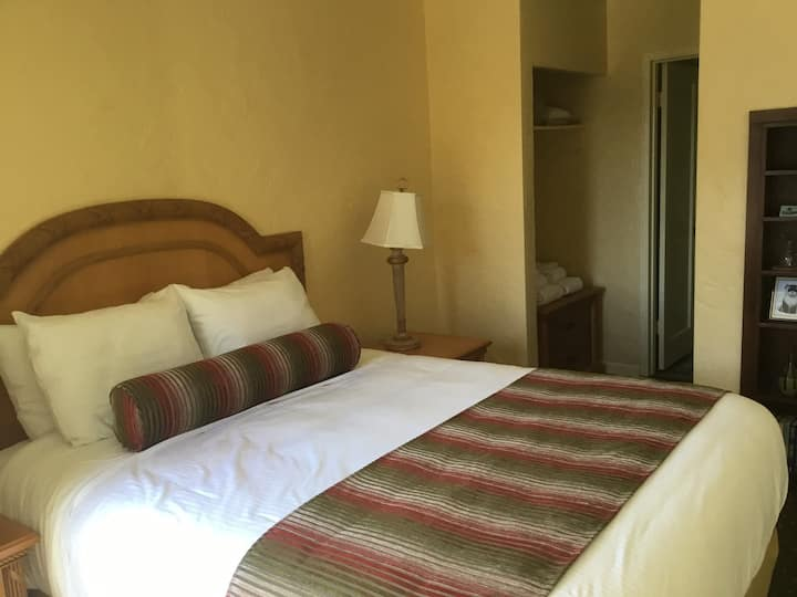 Room 4 Cozy Queen Room off N. Highway 1