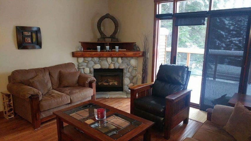 Fabulous Family Townhouse ski in & out by Morrisey - Sun Peaks