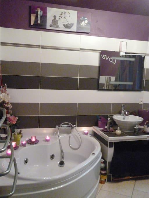 Une salle de bain privée avec douche accessible depuis la suite parentale