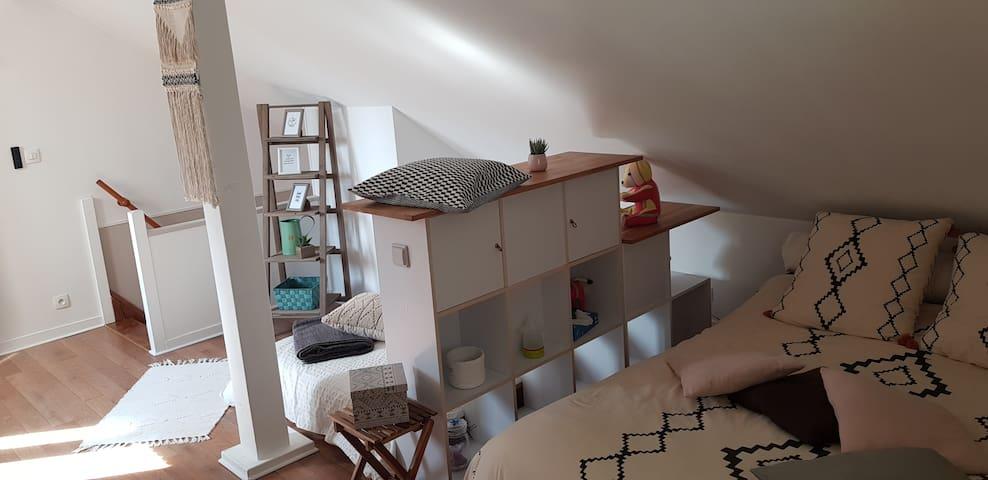 séparation de l'espace nuit par un meuble multicases