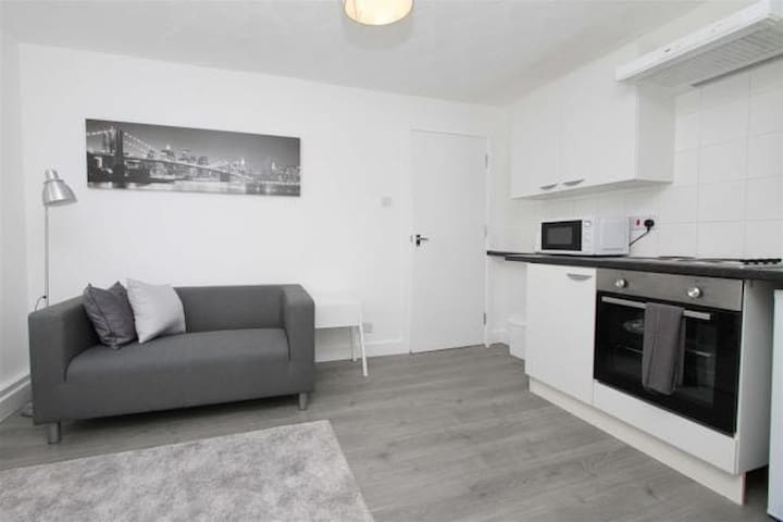 PRIVATE ROOM CLOSE TO AIRPORT, STATION & AMENTIES