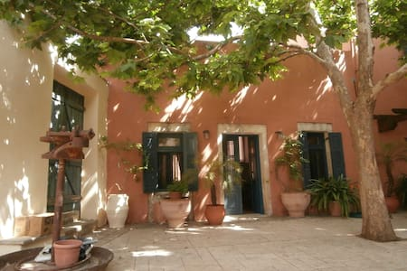 Two story traditional stone house in Ano Archanes - Dom