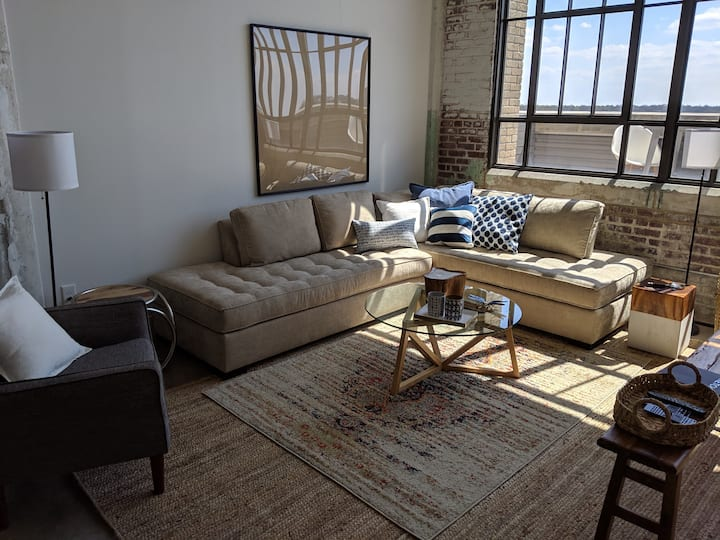 Executive Lounge -Modern condo in Crosstown.