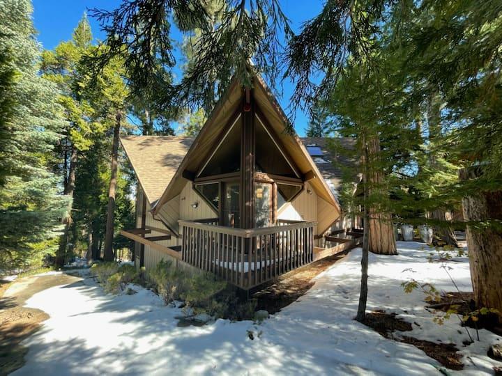 Cozy Western Tree House- 1/2 mile to village/lake.