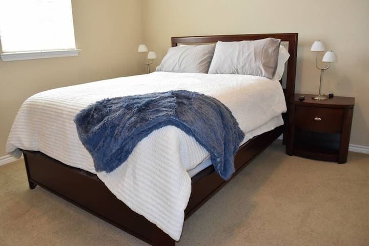 Beautiful Queen Bed, Fastest WIFI, Gym, Parking