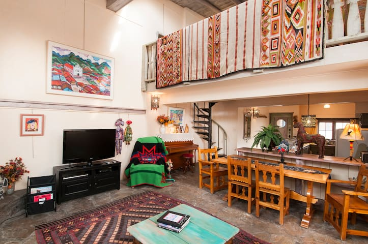 Art Lover's Oasis - Walk to Historic Taos Plaza