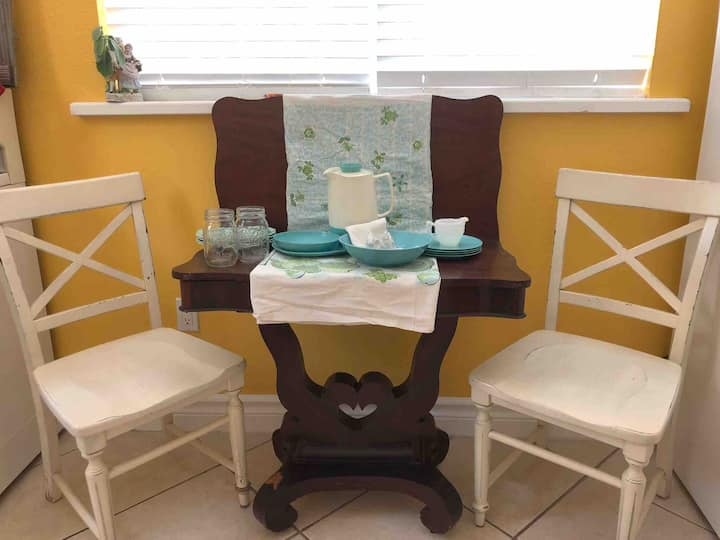 Up Cycled Themed Flat: Minutes from Downtown Tampa