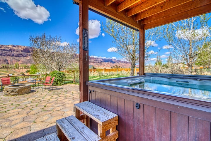 Newly furnished, dog-friendly, mountain view home w/ a private hot tub