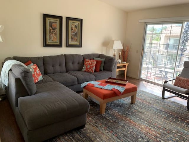 Comfy Living room with seating for 7.