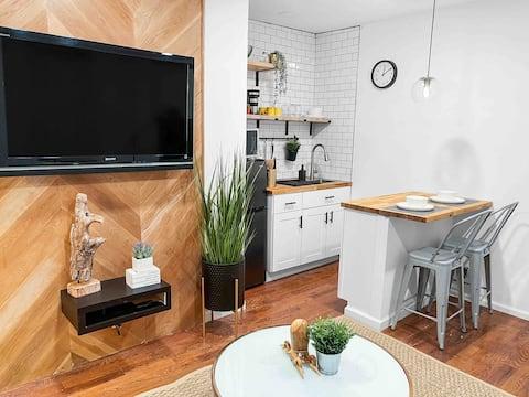Luxe 1 bedroom apartment w/ private kitchen & bath