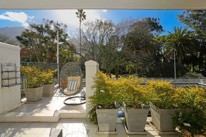 Stylish modern two bedroom apartment in Newlands
