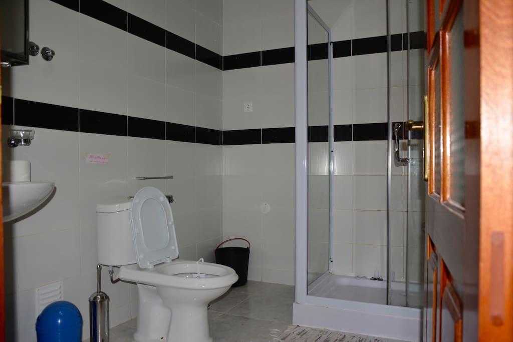 Cleanliness and customer satisfaction is our top priority (limpeza e satisfação do cliente é a nossa prioridade).