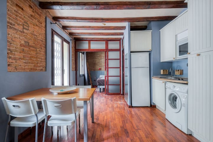 Cozy flat in Barceloneta next to the beach.