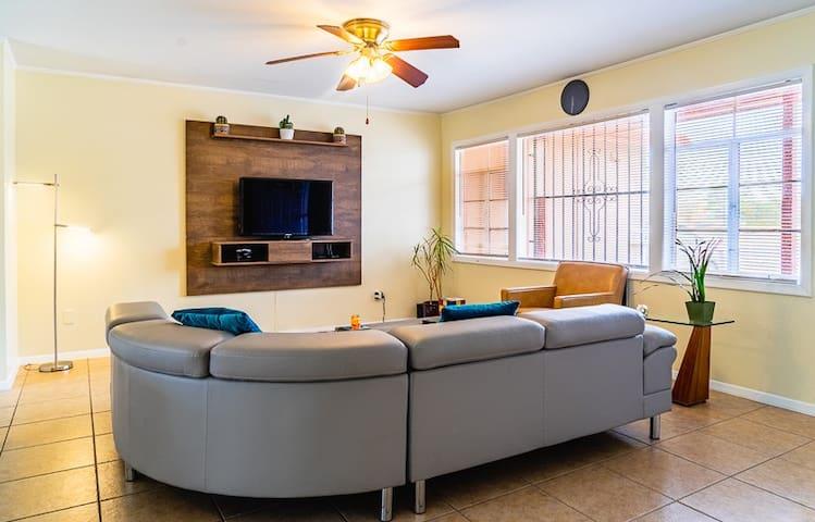 Sun City Clean Modern Home-AIRPORT/FT BLISS-3 mins
