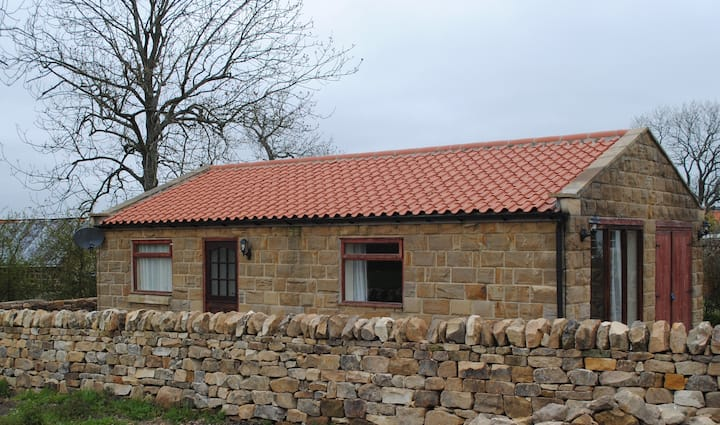 Daisy Cottage, stone bungalow with beautiful views
