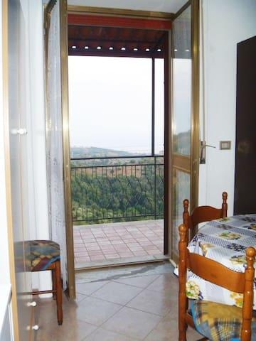 Ampio terrazzo in collina del soggiorno cucina