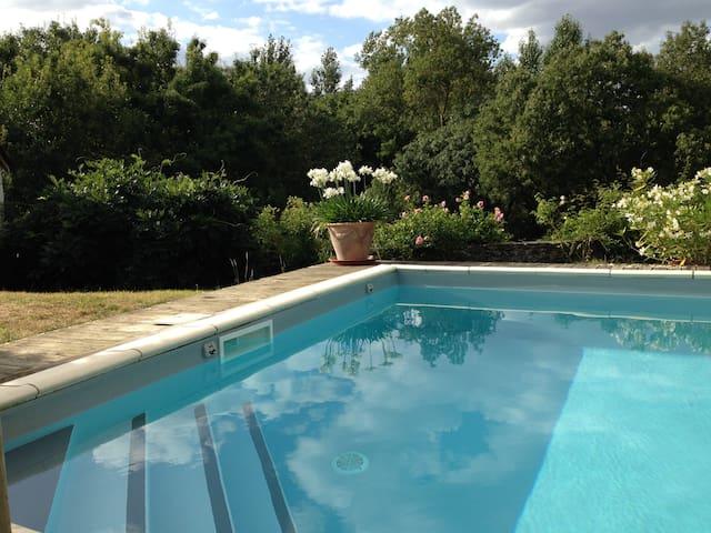 Gîte avec piscine chauffée + jardin - Denée